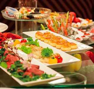 宴会や朝食の場で、料理やドリンクなどの提供をお願いします