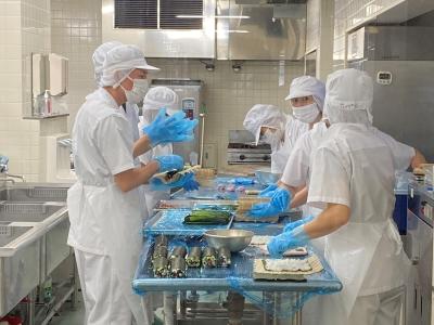 あなたにお任せするのは、東京と千葉にある学校・病院・保育園・福祉施設などでの食事の調理全般。