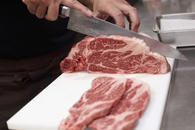 お肉を切る技術を身に着けることができたり、外部研修もあり、スキルアップのチャンスがたくさんあります!