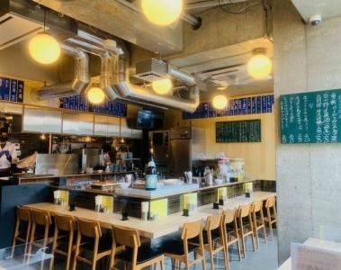 「麦酒宿 まり花」は店内も大衆居酒屋をイメージ。お出しする料理はアジアンテイスト!