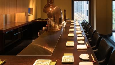 串カツ店はカウンター席のみ14席。本館にはテーブル席もあります。お客様との会話も楽しめます。