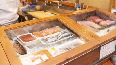 沖縄産の魚もずらり◎ワクワクしながら仕事に取り組める環境です。