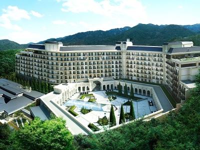 六甲山系に豊かな緑に囲まれたホテルはまるで幻想的な別世界(有馬)