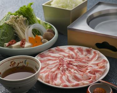看板メニューは「つゆしゃぶ」。超薄切りの豚肉をさっと湯がき、和風のつゆで食べる新スタイルの料理です。