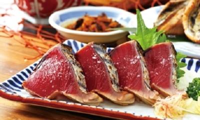 看板メニューは「鰹のわら焼き」。高知県直送の食材が並ぶ土佐料理専門店です。
