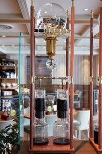 丁寧にサイフォンで抽出したコーヒーや、ダッチコーヒーと呼ばれる水出しアイスコーヒーも自慢です。