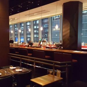 24席あるロングカウンターが特徴。名古屋の夜景をながめながら、スペイン料理と豊富なワインが楽しめます