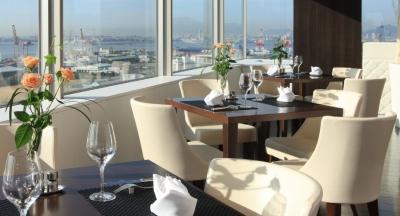 食事やスイーツを満喫しながら、海と空のさわやかな景色やロマンチックな夜景を望めるホテルです。