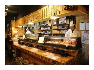 産直の新鮮なマグロなどネタにこだわる立ち寿司店ですし職人をめざす!熟練の技を学べます。月給28万円~休日や勤務時間も相談OK、腰をすえて働ける環境でスキルUP!