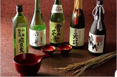 秋田の地酒も豊富にランナップ。とことん秋田を堪能できるお店づくりをめざしています。