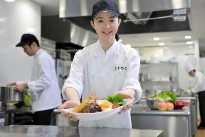 季節やイベントに応じた料理も作ります。女性スタッフも活躍中です。